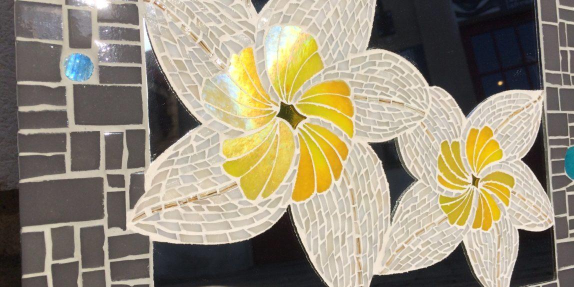 Fleurs de Tiaré incrustées dans le miroir